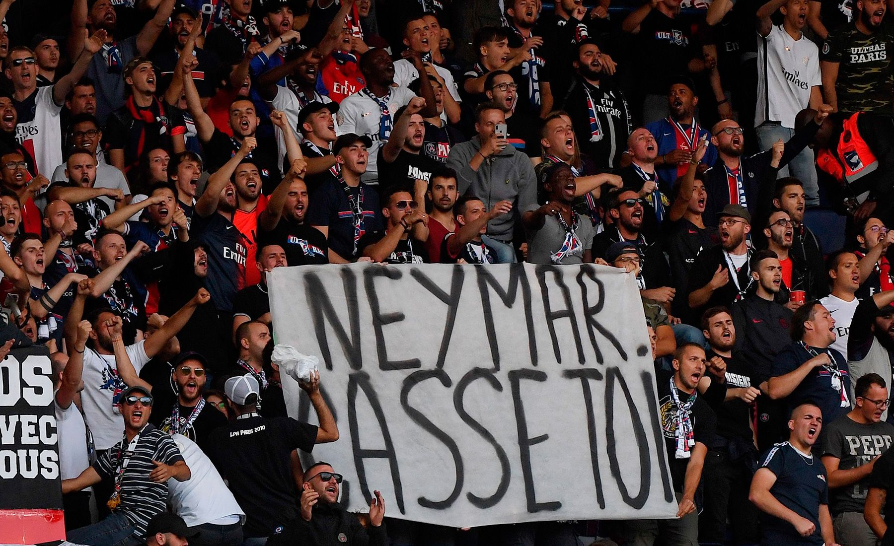 The Psg Fans Get Fed Up With Neymar And Attacks Him With Several Banners Against Him