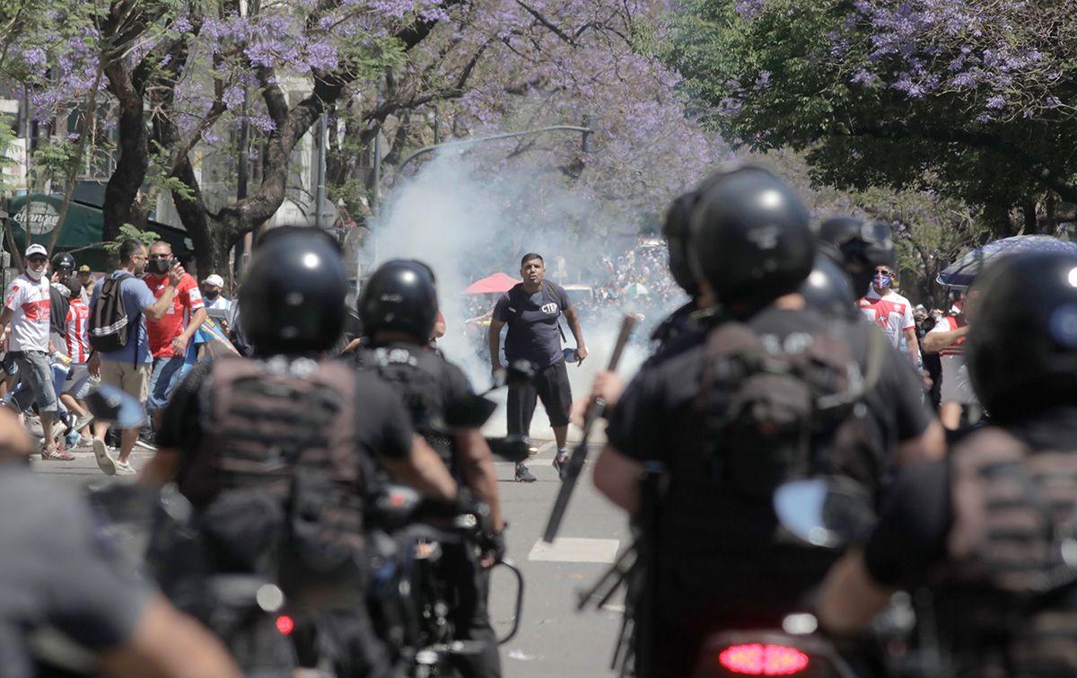 Caos total en el velatorio de Maradona: invasión, detenid...
