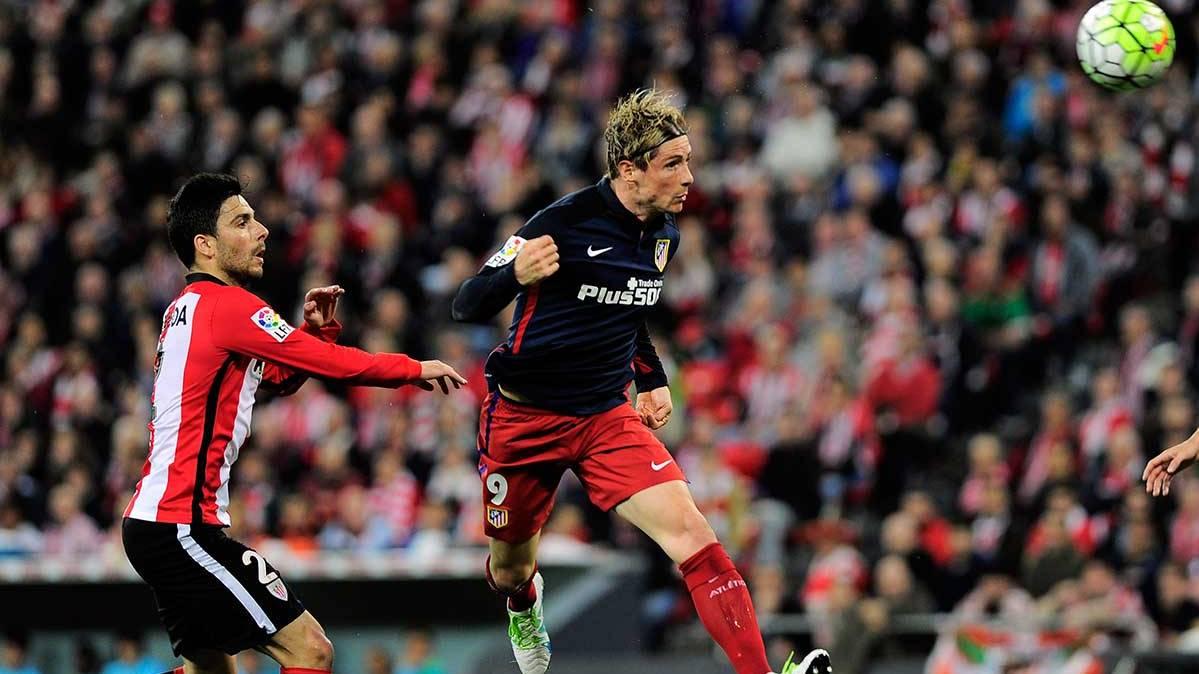 Fernando Torres rematando a gol en el partido ante el Athletic Club
