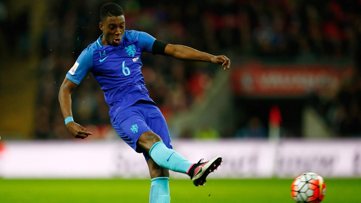 Riechedly Bazoer podr�a fichar por el Manchester City de Pep
