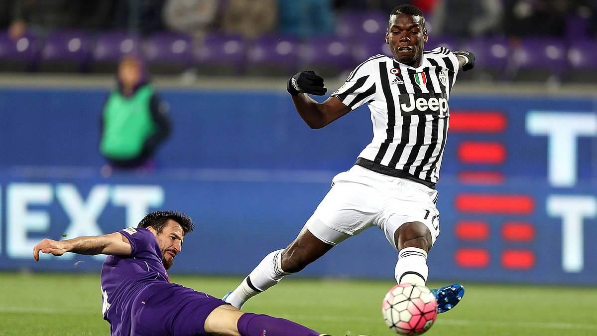 Paul Pogba, disputando un bal�n con un jugador de la Fiorentina