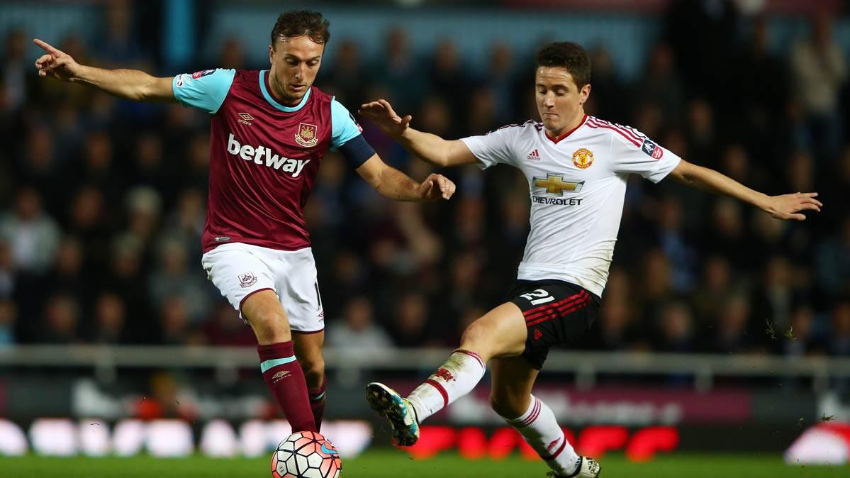 Ander Herrera, pugnando por un bal�n con Mark Noble, del West Ham