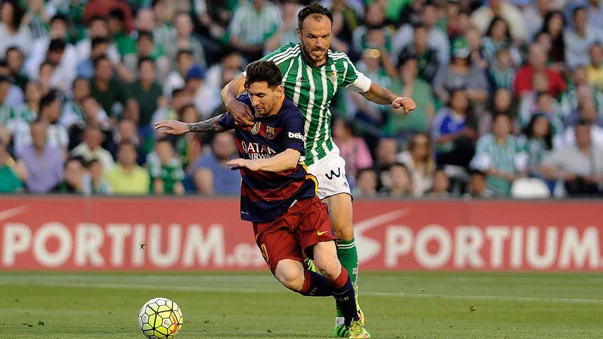 Westermann provocando sobre Leo Messi su primera amonestaci�n
