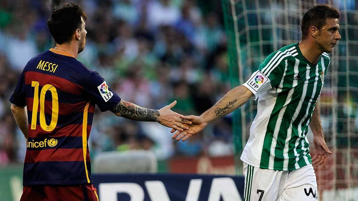 Leo Messi se da la mano con Joaqu�n en el Betis-Bar�a