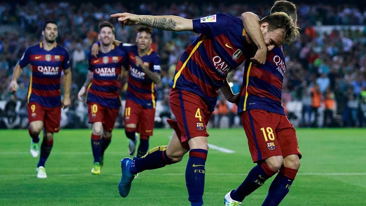Los jugadores del FC Barcelona celebran el gol de Rakitic ante el Real Betis