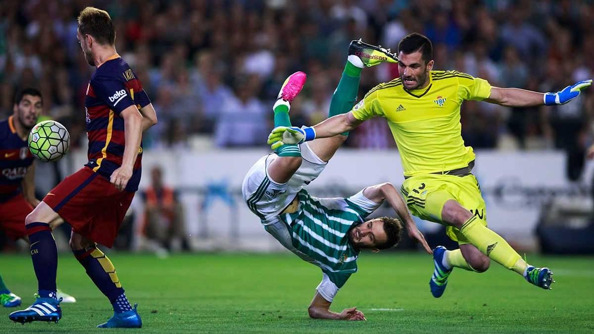 Antonio Ad�n err� en el gol de Ivan Rakitic