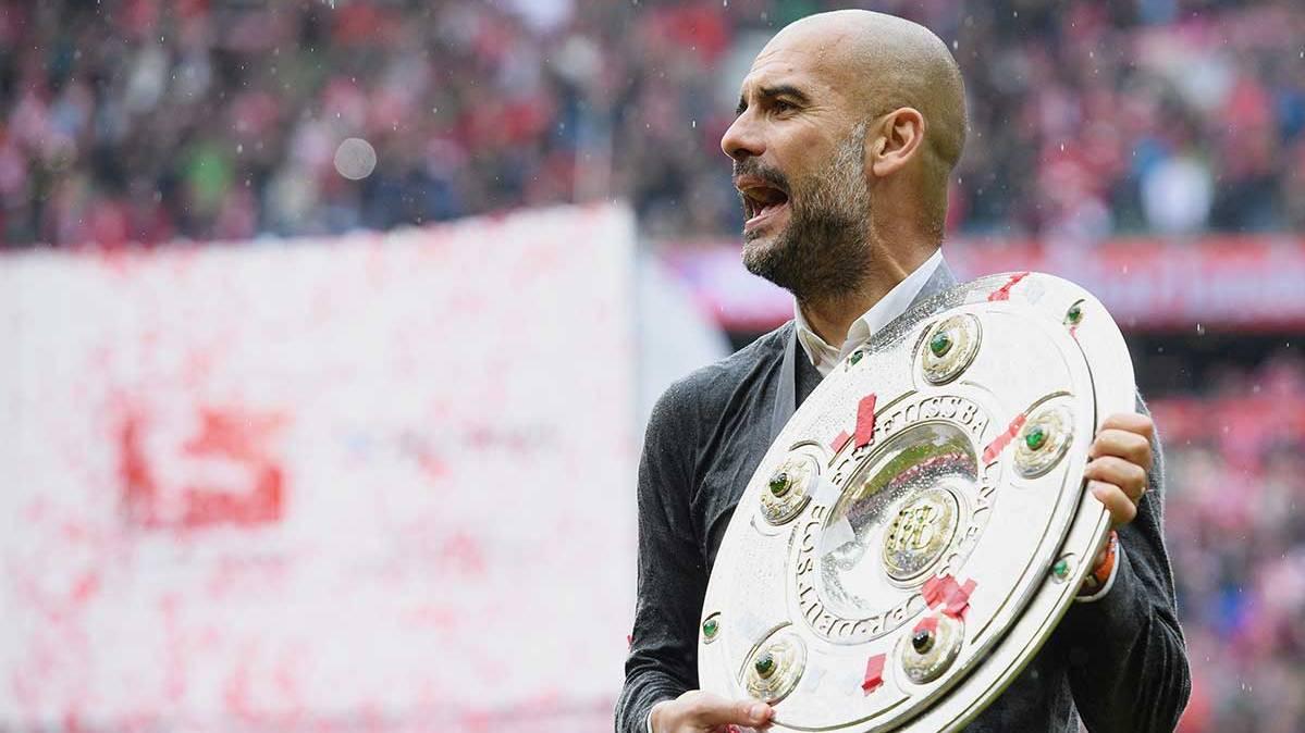 Pep Guardiola con el trofeo de la Bundesliga