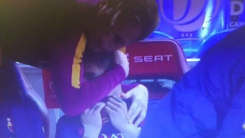 El precioso gesto de Rakitic cuando Luis Su�rez lloraba