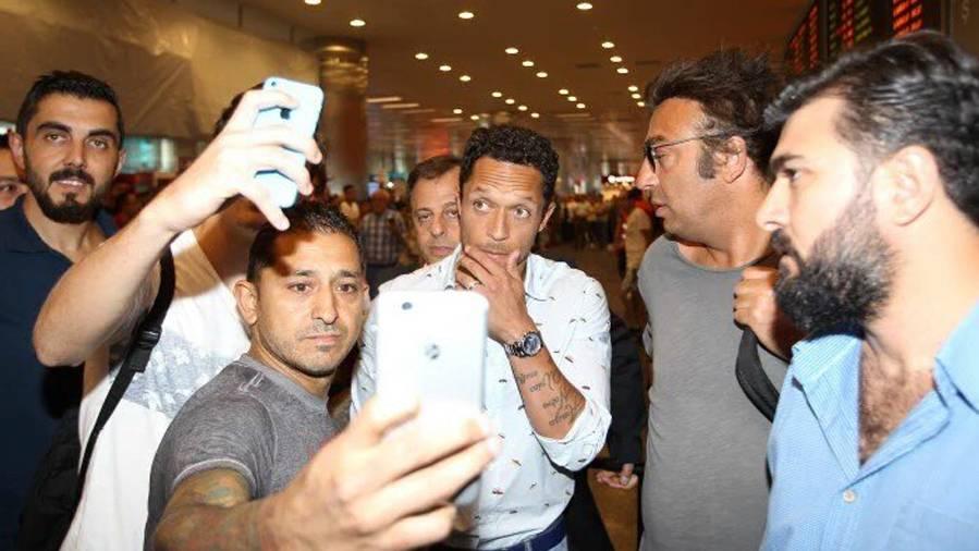 Adriano debutó con el Besiktas, dio una asistencia... y se lesionó