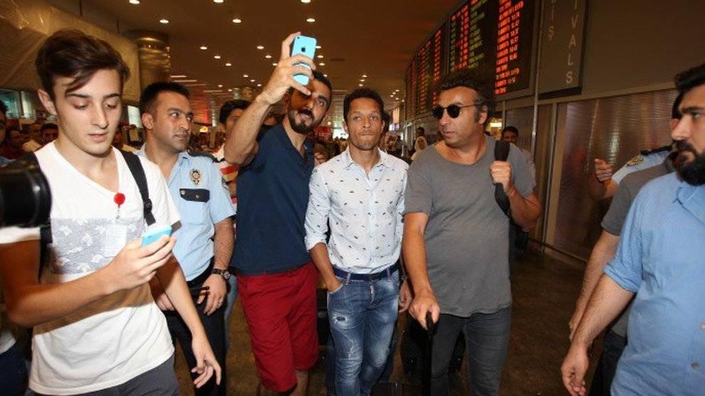 """Adriano, a punto: """"Soy parte de la familia del Besiktas"""""""