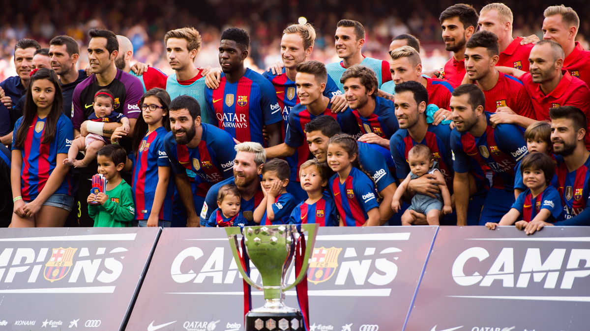 El FC Barcelona recibió al fin la Copa de la Liga 2015-16