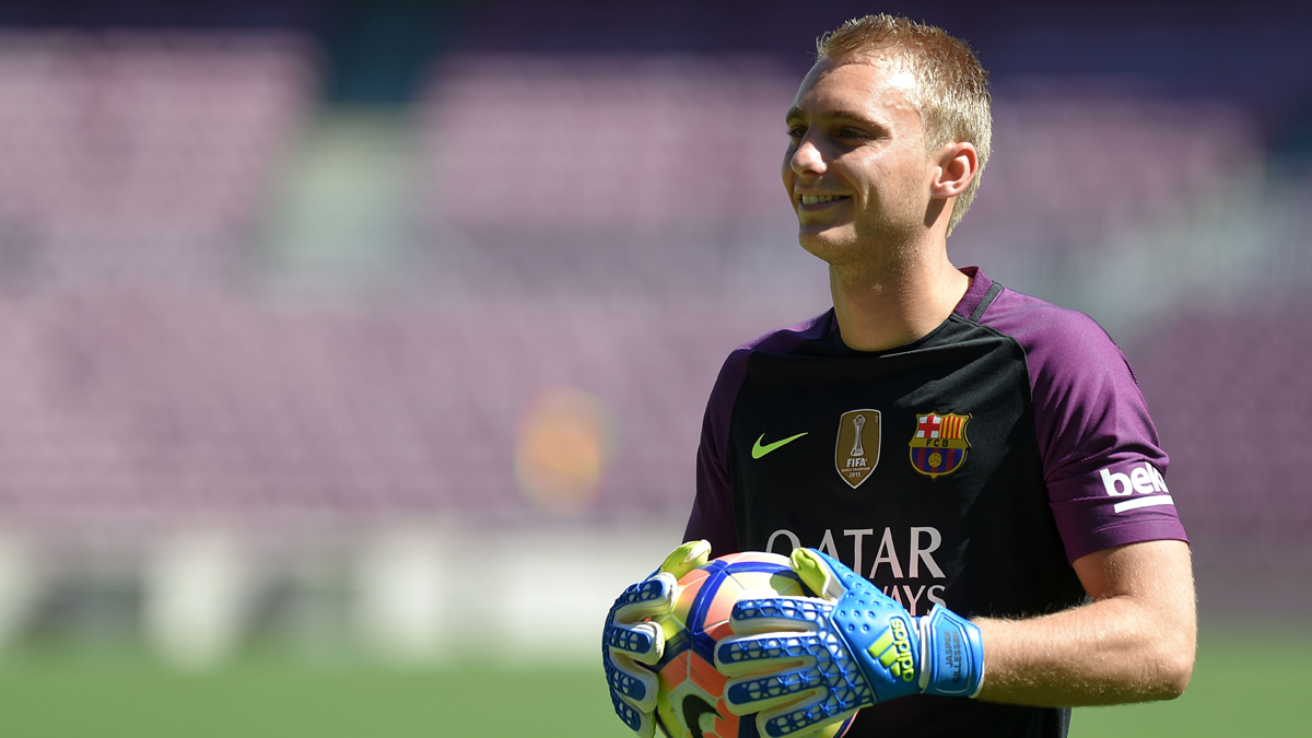 Jasper Cillessen, presentado sobre el c�sped del Camp Nou