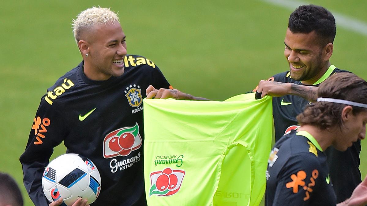 """Dani Alves defendió a su """"hermano pequeño"""" Neymar"""