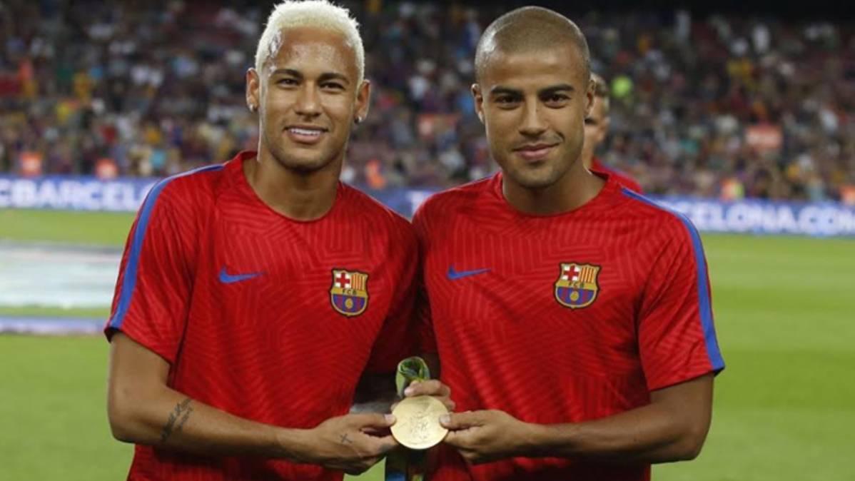 Neymar y Rafinha, junto a la medalla de oro ante el Camp Nou