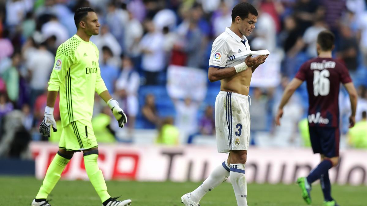 Pitos y abucheos en las gradas del Santiago Bernabéu