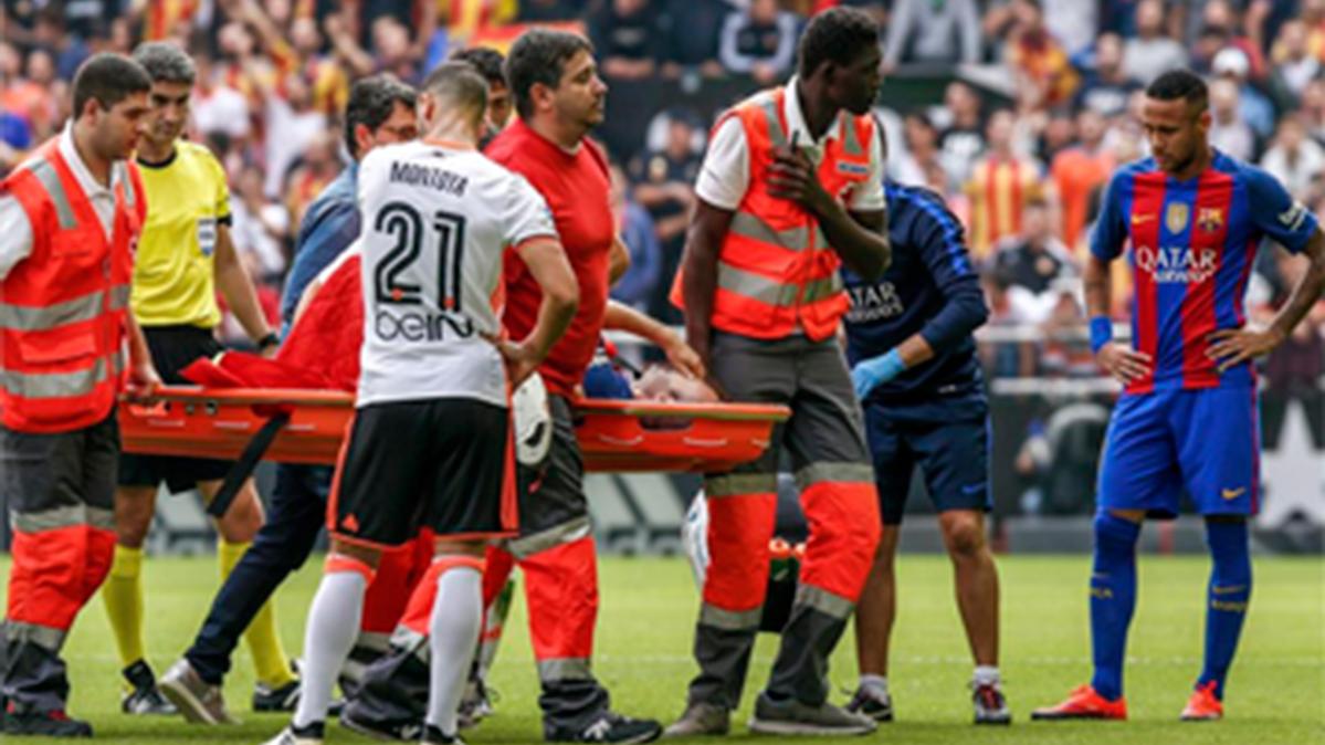 Tremendo enfado de Lucho con Enzo P�rez por lesionar a Iniesta