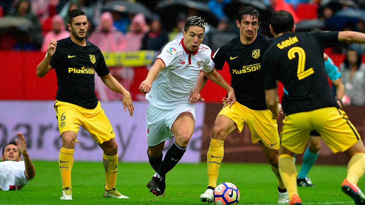 El Atlético pierde en Sevilla y el Barça le supera en Liga