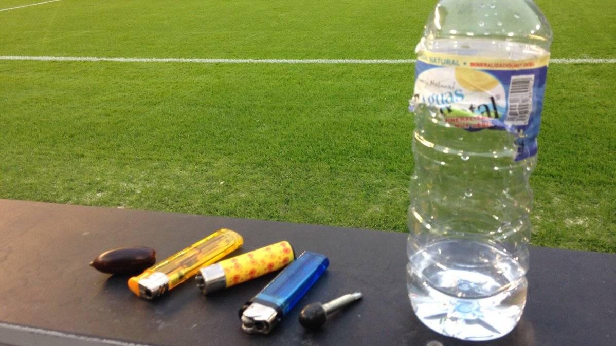 M�s que un botellazo hubo lluvia de objetos en Mestalla