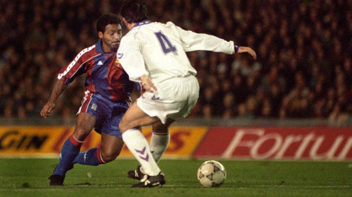 Romário, en el momento justo de su regate a Rafa Alkorta en el Barça-Madrid