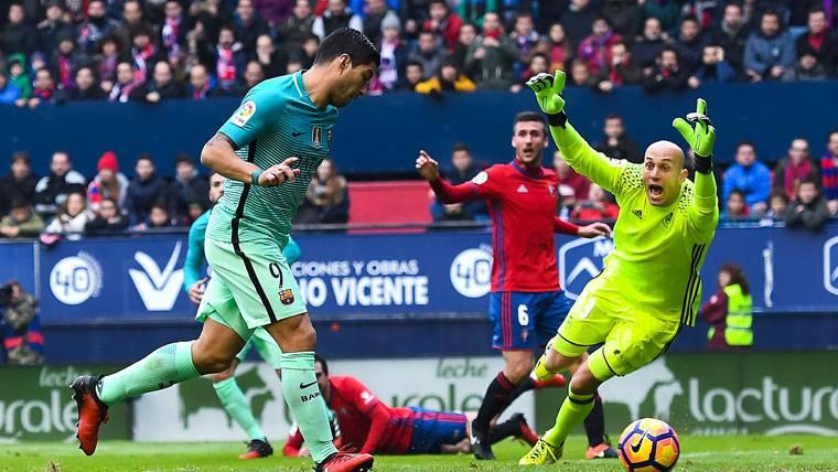 """Luis Suárez desatascó el Osasuna-Barça y se acercó al """"Pichichi"""""""