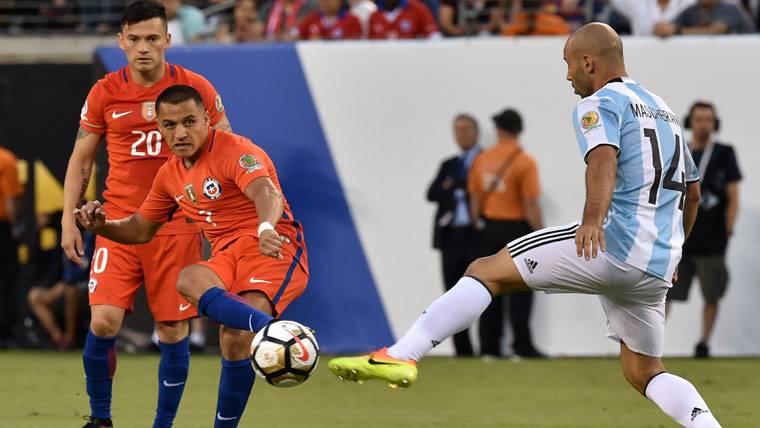 Las alabanzas de Mascherano hacia Bravo y Alexis Sánchez