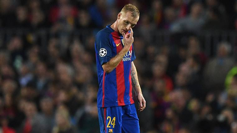 Los jugadores del Barça reciben a Mathieu con aplausos