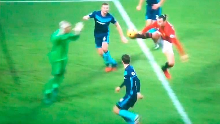 El árbitro que evitó que Ibrahimovic igualase a Leo Messi