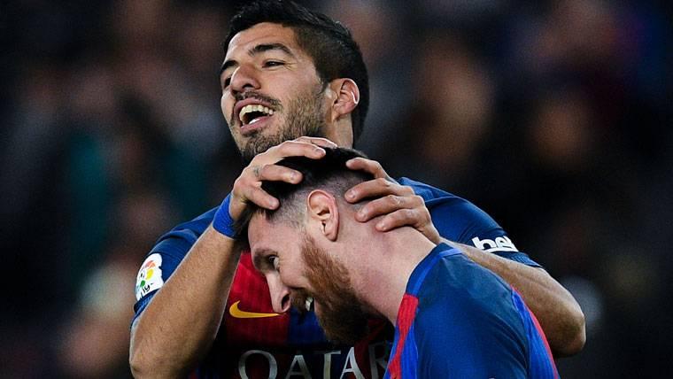 Luis Suárez, felicitando a Leo Messi por una jugada de gol