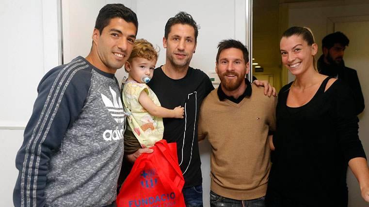 Leo Messi y Luis Suárez junto a Joan Capdevilla