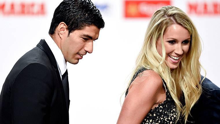 Luis Suárez junto a Sofia Babi en la entrega de la Bota de Oro 2015-2016