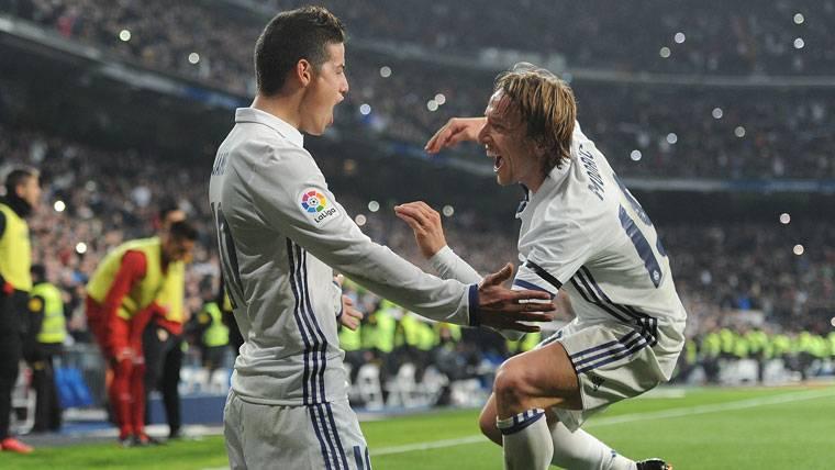 """""""Doblete"""" de James para resucitar en el Real Madrid-Sevilla"""