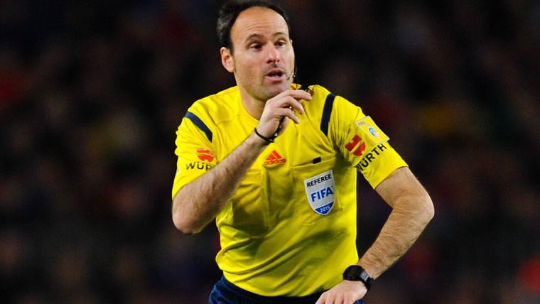Mateu Lahoz, arbitrando un partido en una imagen de archivo