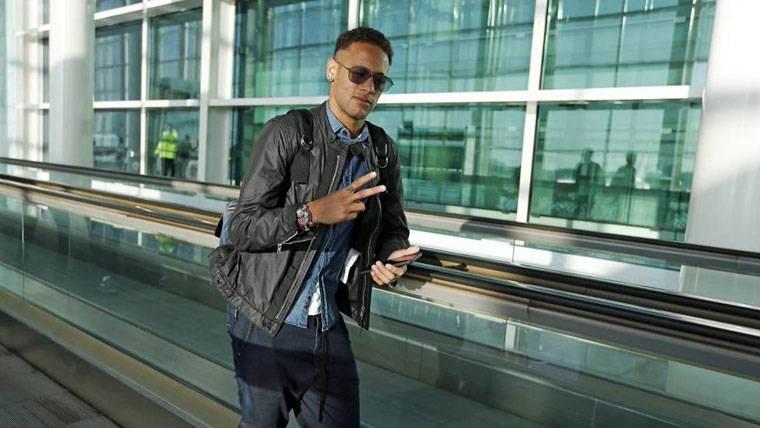 Neymar Jr, antes de embarcar en el avión del FC Barcelona