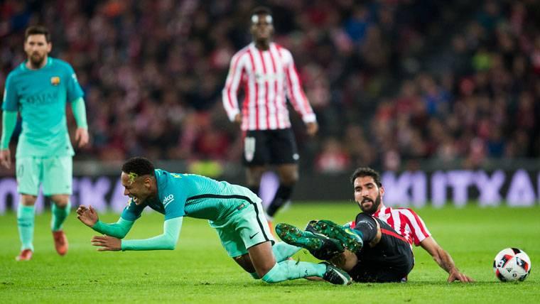 Neymar Jr, derribado por Raúl García en una acción del Athletic-Barça
