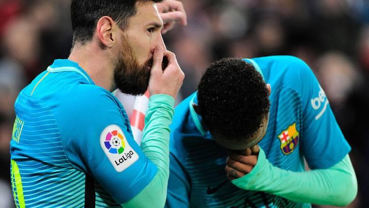 Leo Messi, diciendo algo a Neymar Jr antes de lanzar una falta