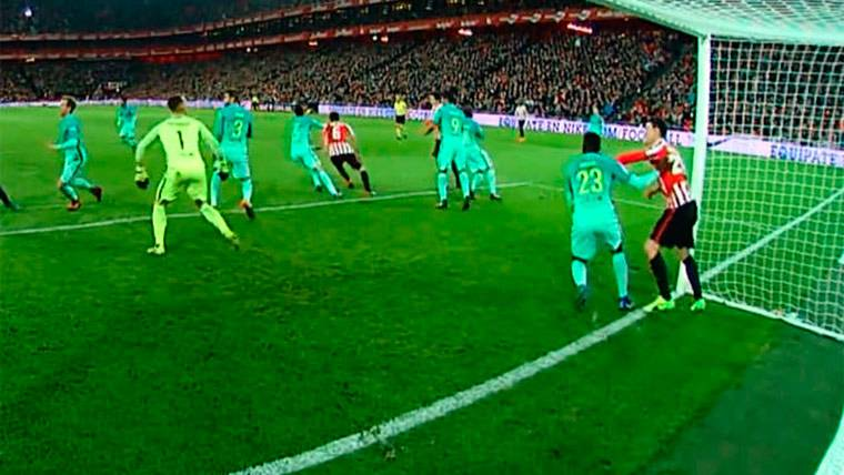 Aritz Aduriz agrede a Samuel Umtiti durante el Athletic-FC Barcelona