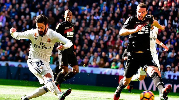 Isco Alarcón anotando el primer gol del Real Madrid ante el Granada CF