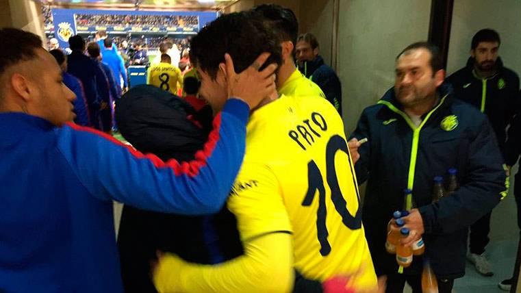 Rafinha y Neymar se abrazan con Pato antes del Villarreal-Barça