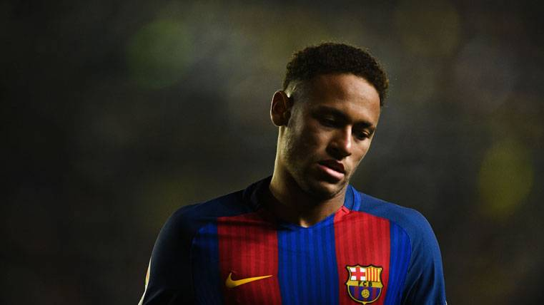 Neymar Jr, cabizbajo durante el partido contra el Villarreal