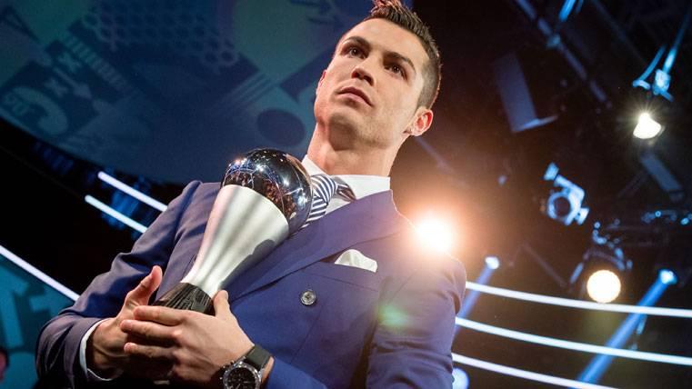 Cristiano Ronaldo, posando con el premio FIFA The Best