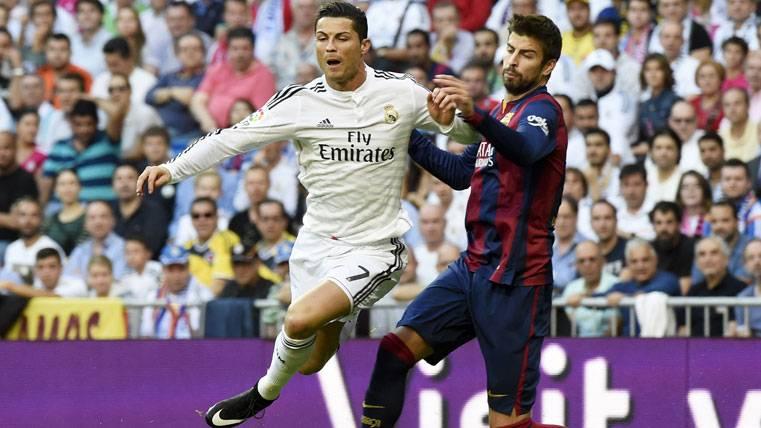 Cristiano Ronaldo y Gerard Piqué, durante un Clásico Real Madrid-Barça