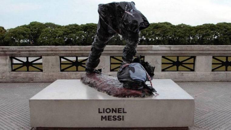 La estatua de Leo Messi, partida por la mitad en Buenos Aires