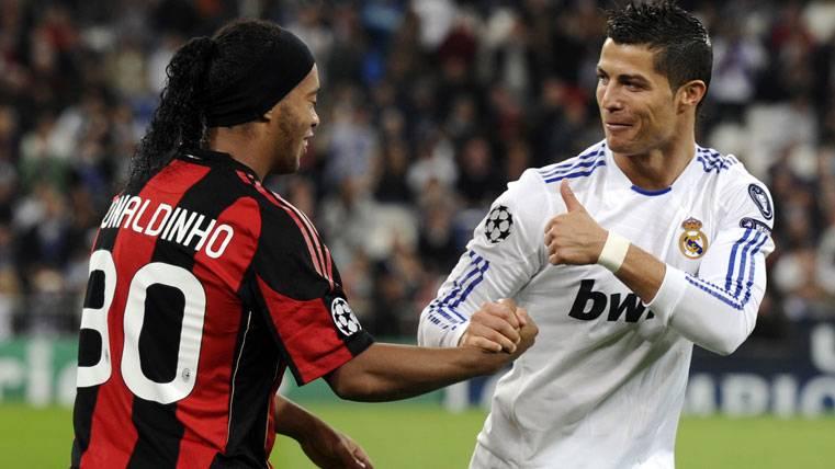 Ronaldinho y Cristiano Ronaldo, saludándose en un Real Madrid-Milan