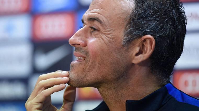 Luis Enrique, rascándose la barbilla en una rueda de prensa