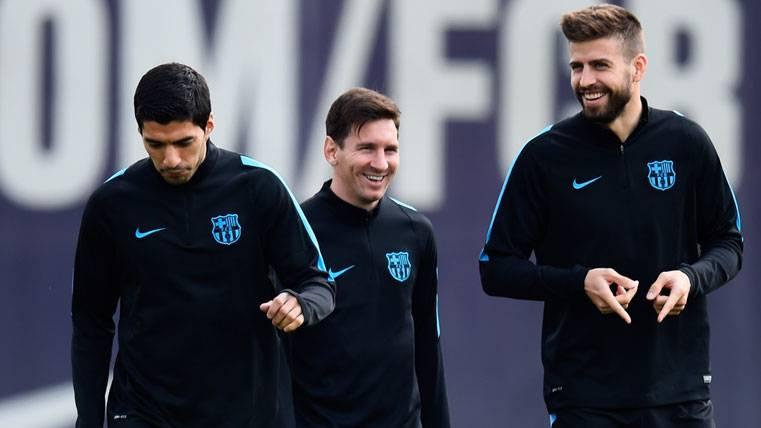 El apoyo de los niños de la FCB Escola con Messi, Piqué y Suárez