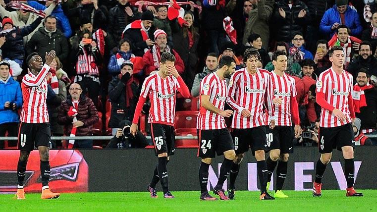 Iñaki Williams celebra junto a sus compañeros del Athletic su gol ante el Barça