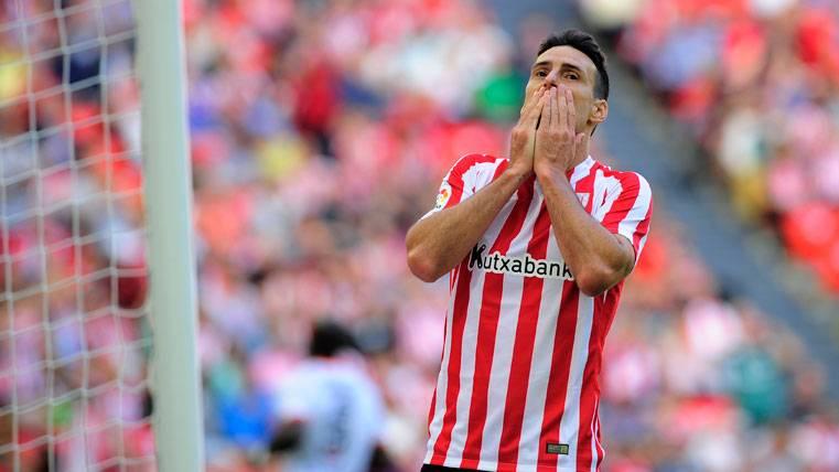 Aritz Aduriz, lamentando una ocasión errada con el Athletic