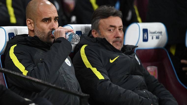Pep Guardiola, sentado en el banquillo del Manchester City