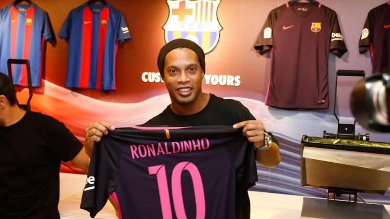 Ronaldinho, posando con la camiseta del FC Barcelona
