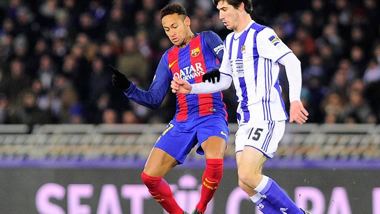 Claro penalti sobre Neymar que él mismo anotó con suspense